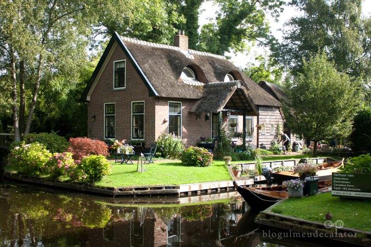 casa visurilor din satul giethoorn, olanda