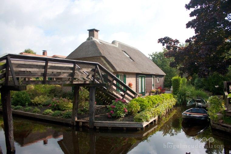 pod peste canal in satul giethoorn
