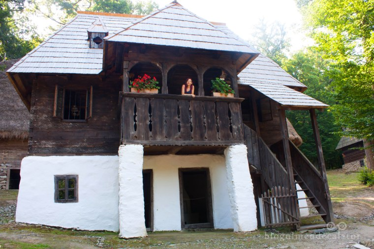 casa cu etaj de lemn