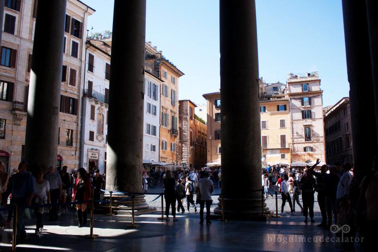 piata rotonda printre coloanele panteonului