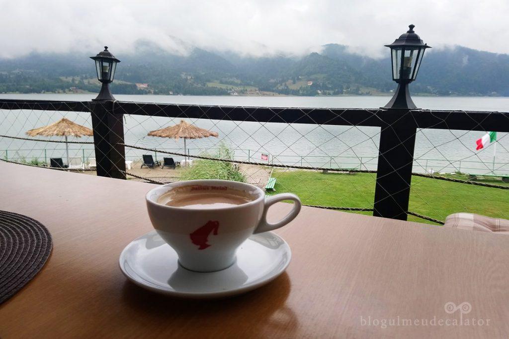 cafea la terasa Fishermans Resort Colibita