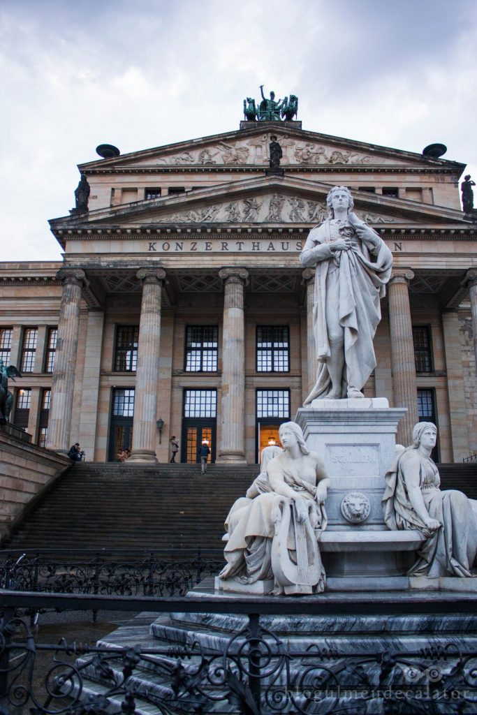 Gendamenmarkt-berlin-statuia-lui- Schiller