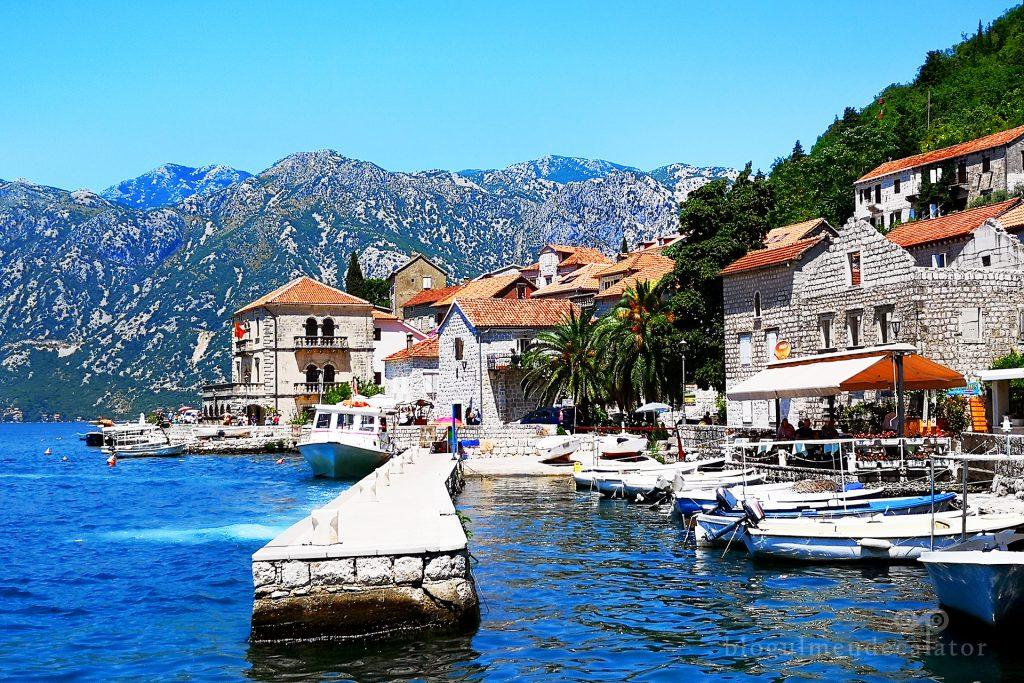 case inconjurate de munti si mare in Perast, Muntenegru