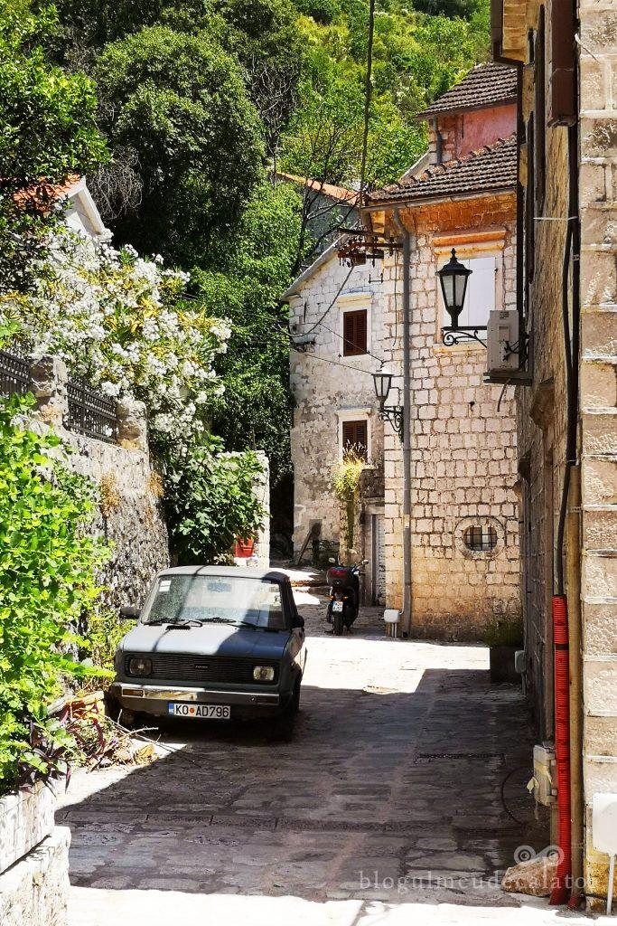 straduta in satul Perast din Muntenefru