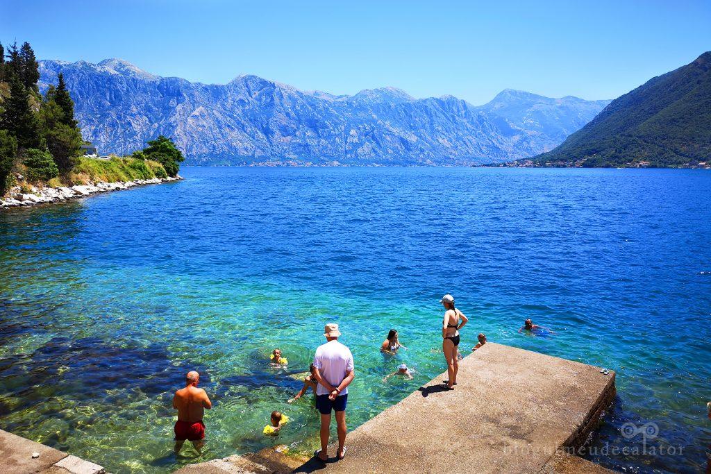 baie in apele Adriaticii in satul Perast din Muntenegru