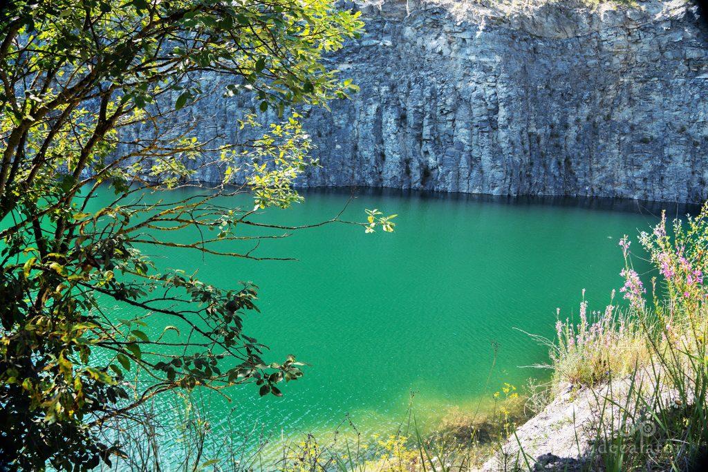 Lacul racos din fosta cariera Brazi