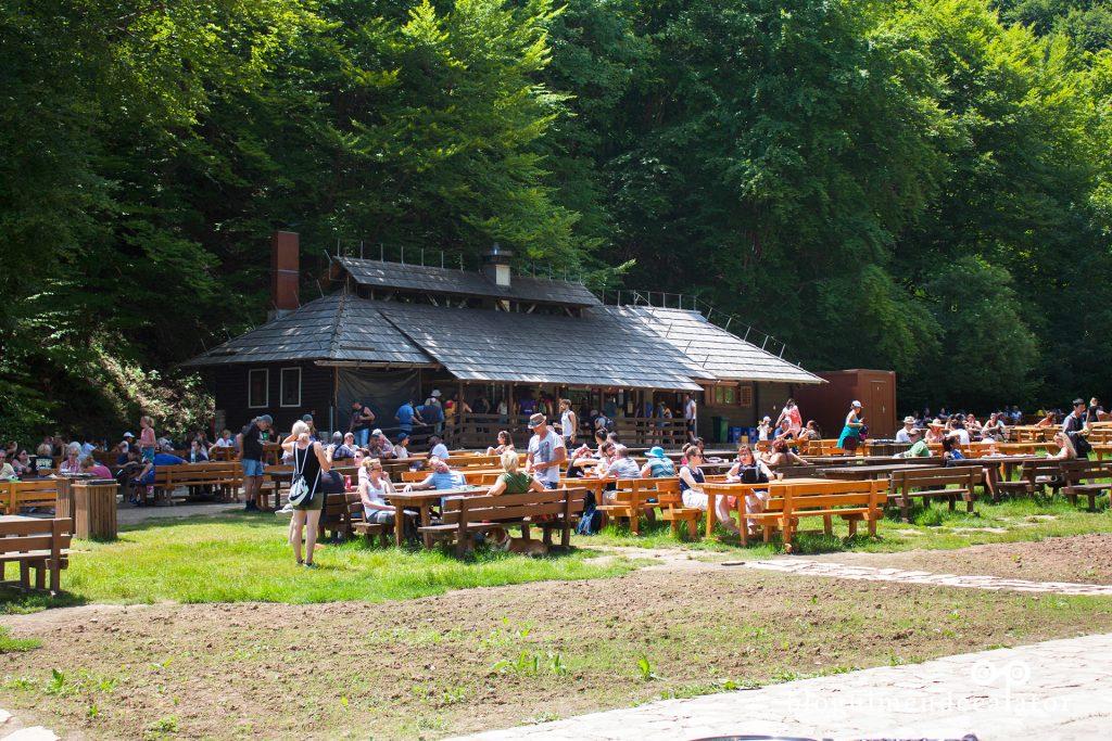 restaurant pe malul lacului Kozcak