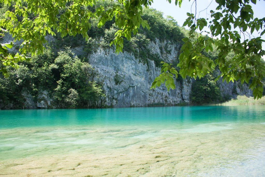 lac turcoaz si stanci la Lacurile Plitcice, Croatia