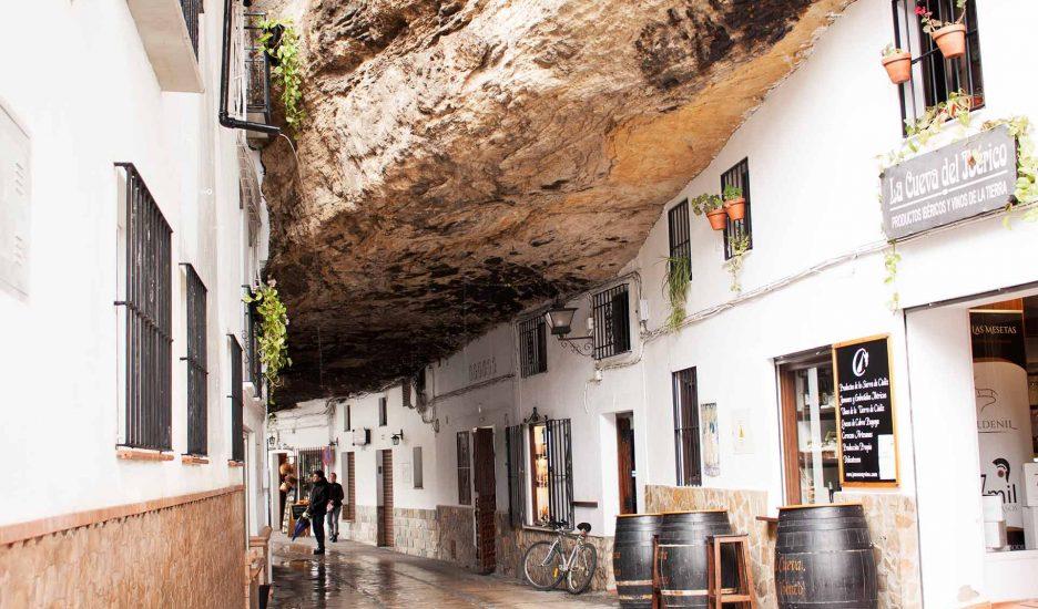 Setenil de las Bodegas, Spania – satul alb săpat în stâncă