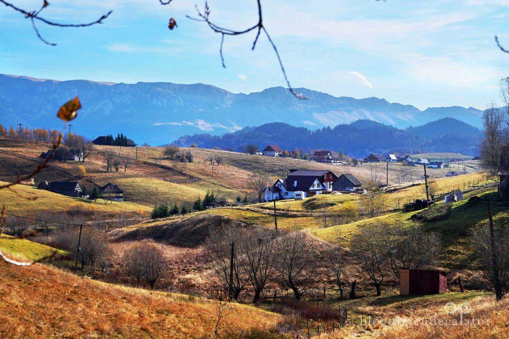 case răsfirate pe dealuri în satul Șirnea