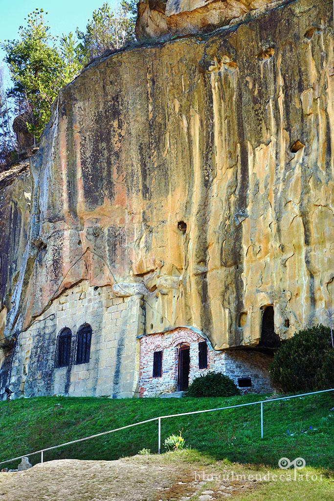 intrarea in manastirea Corbii de Piatra