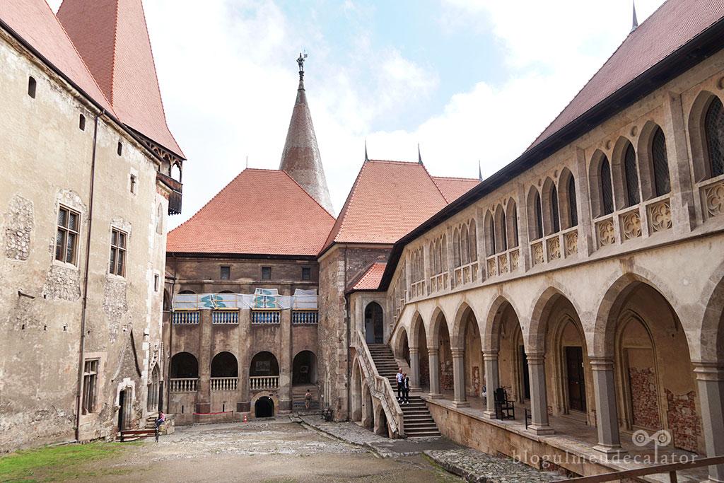curtea interioara a castelului corvinilor