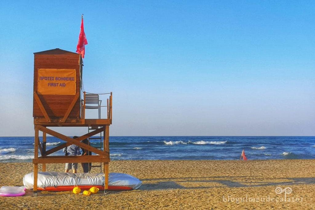 plaja cu valuri mari in Kavros creta